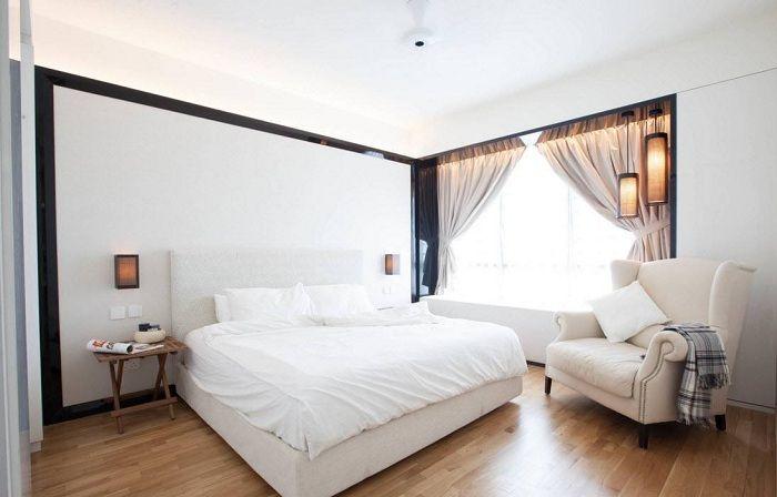 Интересный интерьер спальной в светлых тонах, что преображен с помощью кремово-кофейных штор.