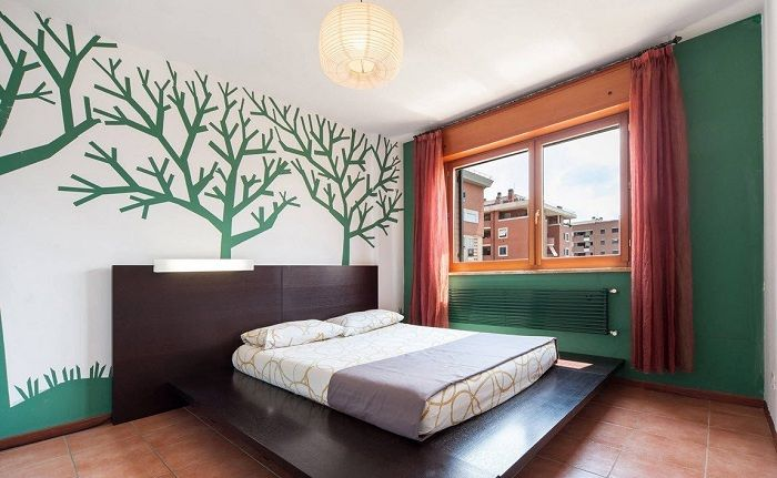 Интересный интерьер спальной в зелено-красной цветовой палитре, станет крутым решением.