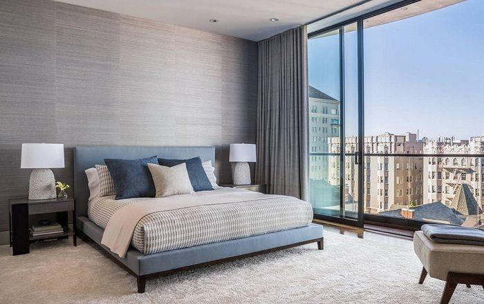 Красивое оформление спальной в сдержанных и интересных тонах.