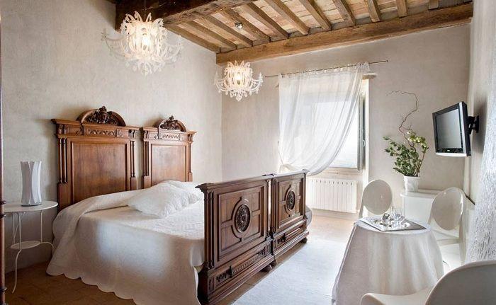 Удачное решение преобразить интерьер спальной с помощью дерева и белого цвета.