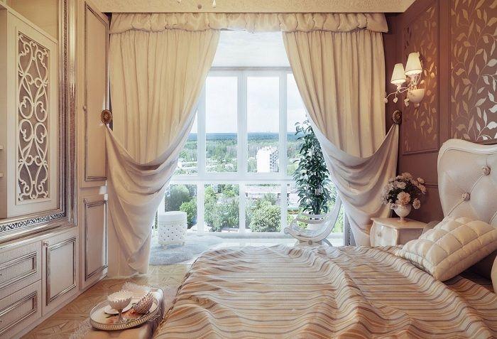 Вариант украсить интерьер спальной с помощью нежно-кремовых штор.