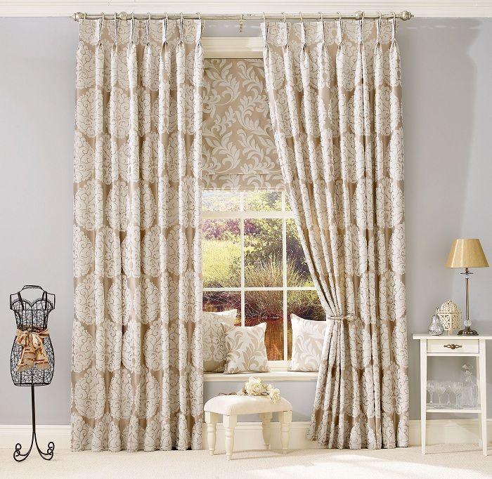 Симпатичное решение удачно оформить интерьер гостиной с помощью оригинальных штор.