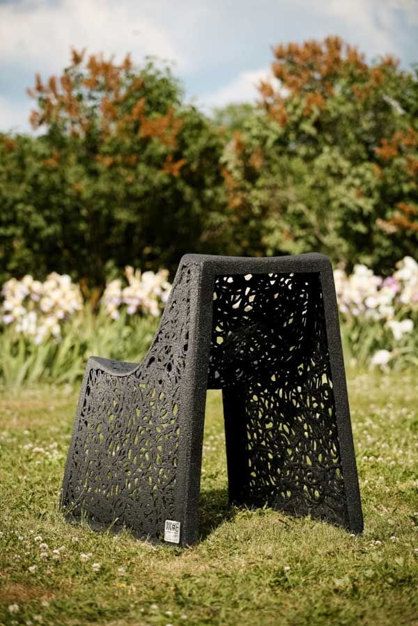 Яркое кресло из базальта