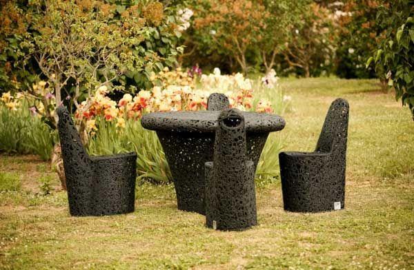 En herlig samling av hagemøbler av basalt