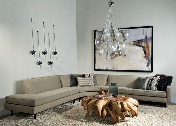 Lys stue med en stor sofa, hvitt teppe og et originalt bord