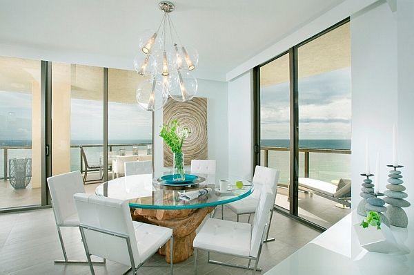 Uvanlig lysekrone over bordet i et karnappvindu med gulv til tak-vinduer