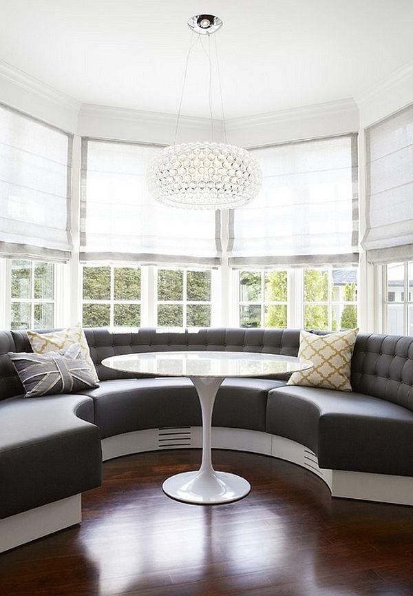 Stor halvcirkelformet sofa i karnappvinduet