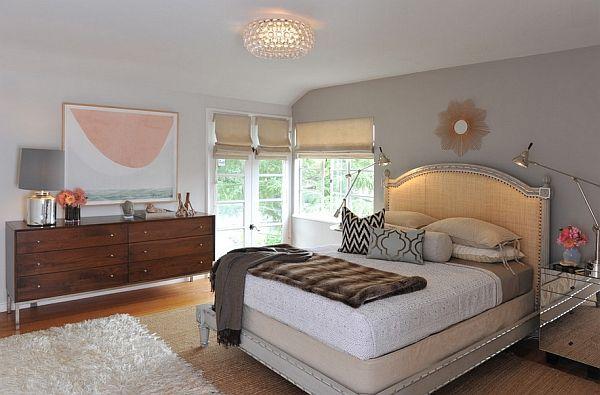 Stort soverom med elegant seng