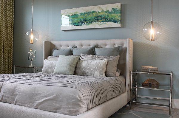 Soverom i hvitt med en stor seng