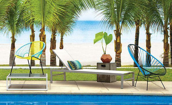 Необычные стулья и лежак у бассейна