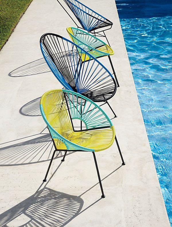 Современные стулья у бассейна