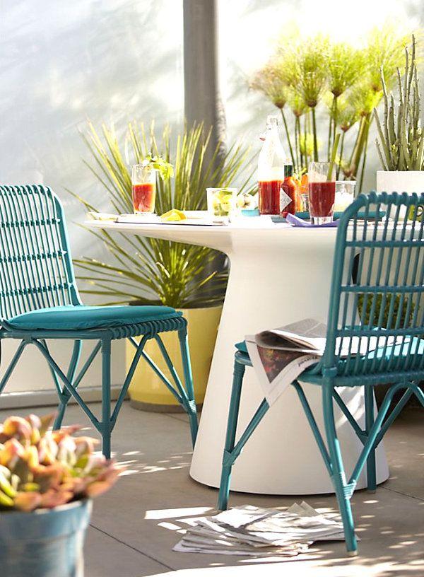 Круглый стол и оригинальные стулья на террасе