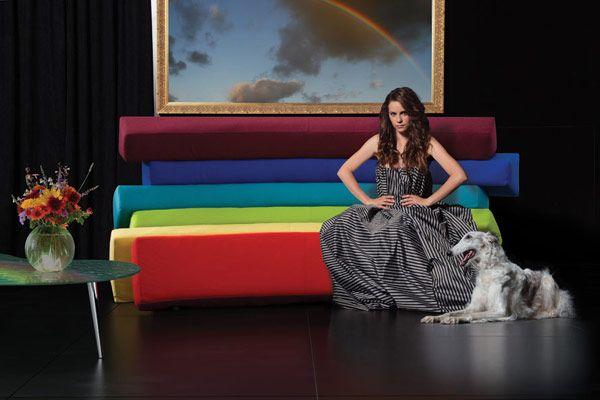 Радужный диван в комнате с элементами декора