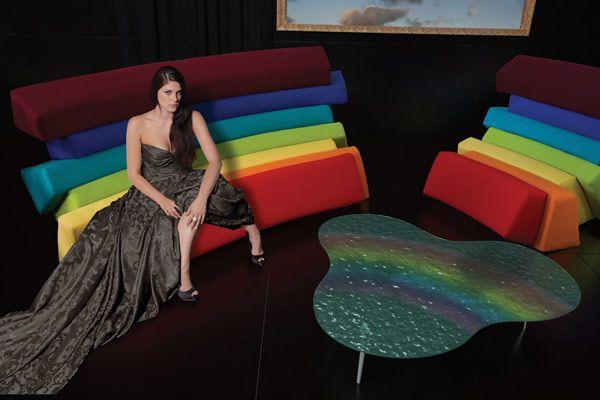 Чудесный шкаф и кресло рядом со столом