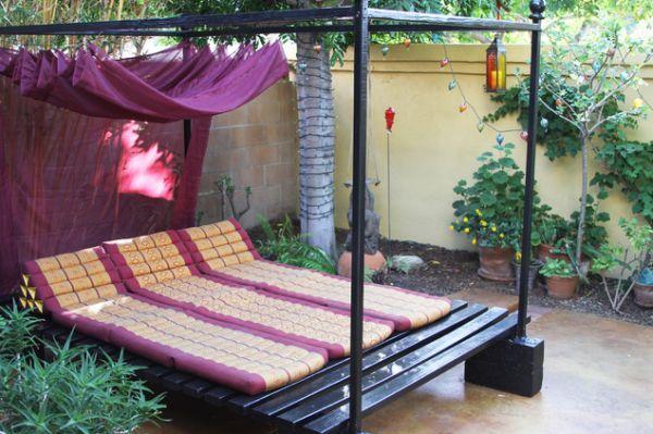 Большая кровать на террасе