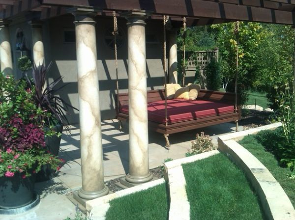 Кровать в саду