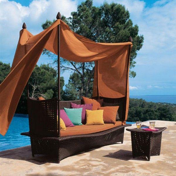Кровать на террасе у бассейна