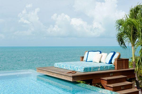 Кровать у бассейна