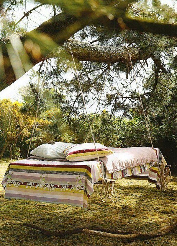 Подвесная кровать под деревом