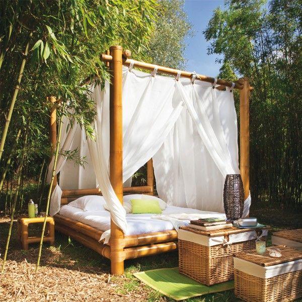 Кровать с балдахином в саду
