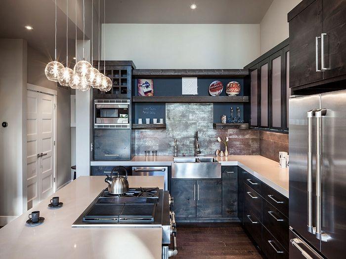 Upea esimerkki keittiön suunnittelusta modernissa suunnittelussa alkuperäisillä lampuilla.