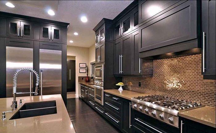 Viileä ja uskomaton ratkaisu sisustaa sisustukseen epästandardilla keittiön suunnittelulla tummissa väreissä.