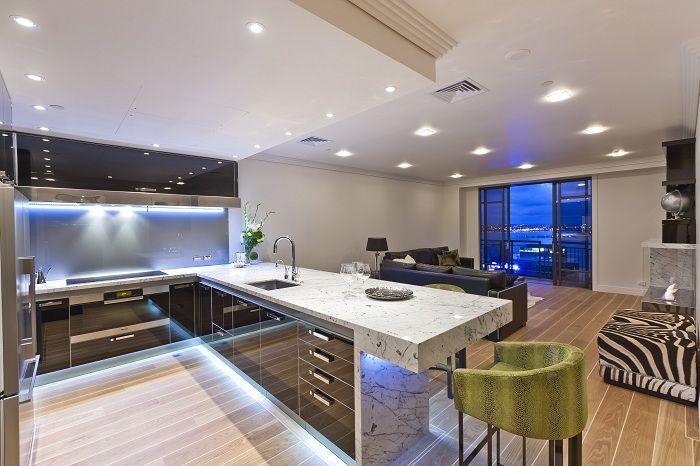 Alkuperäinen ja erittäin kaunis keittiön muunnos luovan valaistuksen ansiosta.