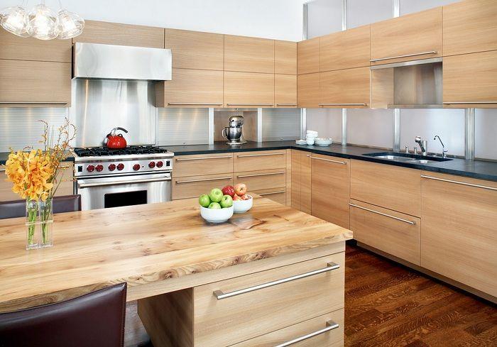 Erittäin kaunis ja kevyt keittiö, joka on sisustettu puulla.