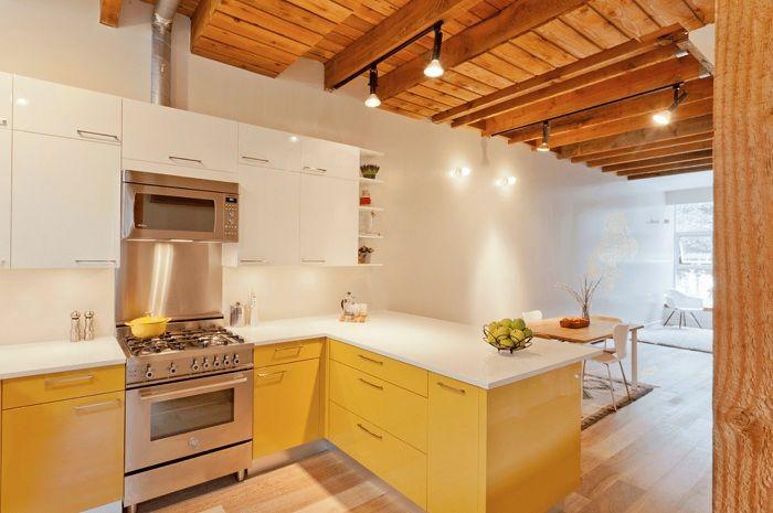 Mukava ratkaisu niin viileän keittiötilan luomiseen keltaisilla ja valkoisilla väreillä.