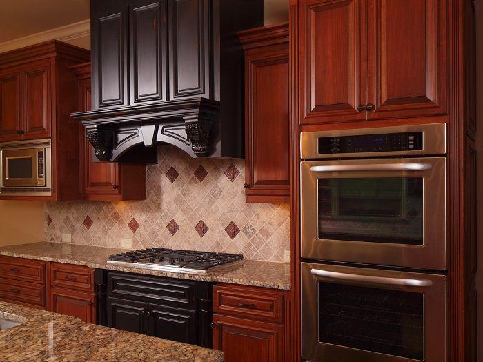Възможно е да преобразите интериора на кухнята, като използвате интересни и естествени текстури от дърво.