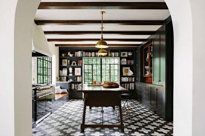 Изключителният интериор на кухнята в тъмни цветове в монохромен стил ще бъде богатство.