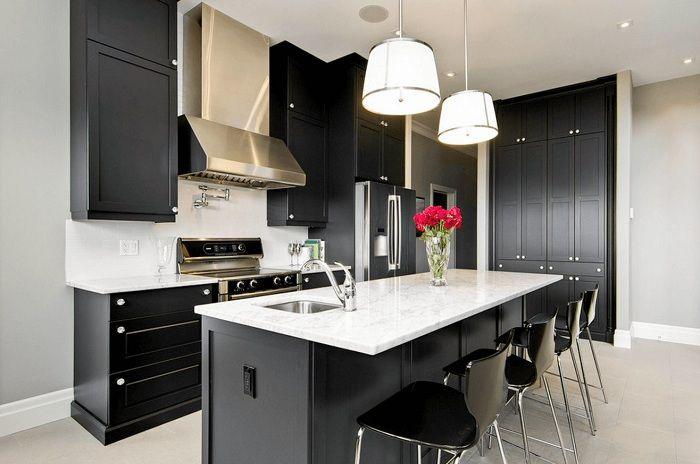 Един от най-добрите варианти за декориране на кухня в черно с персонализиран индустриален стил.