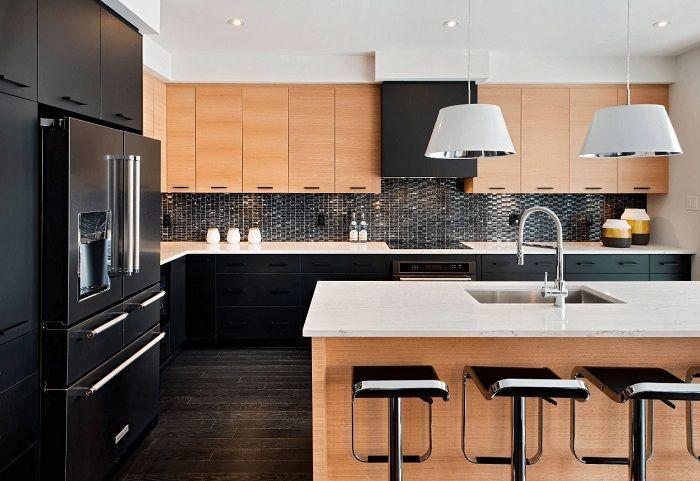 Оригиналният дизайн на кухнята е създаден от просто зашеметяваща комбинация от черно и кафяво.