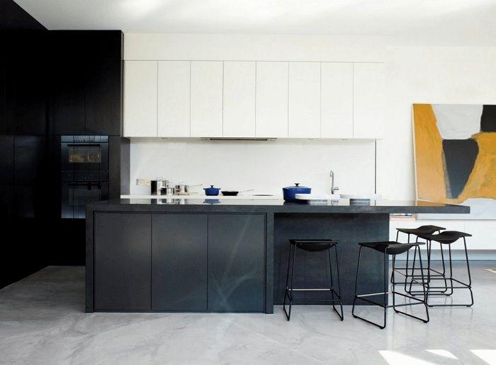 Une option étonnante et très élégante pour décorer l'intérieur de la cuisine en noir et blanc, ce qui donnera un certain charme à une telle pièce.
