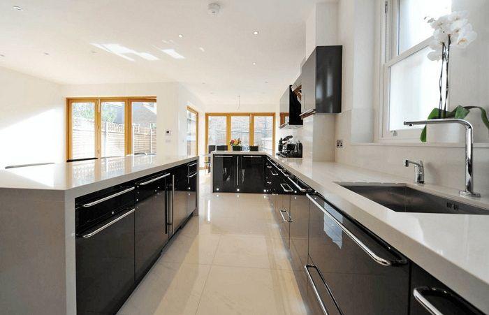 Отличен и един от най-добрите варианти за разделяне на пространството в кухнята на тъмни цветове.