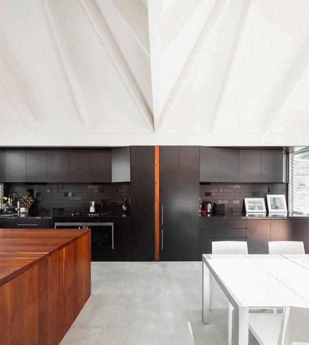 La cuisine est décorée avec des motifs modernes, ce qui plaira à coup sûr et ne sera qu'une excellente solution pour l'intérieur.