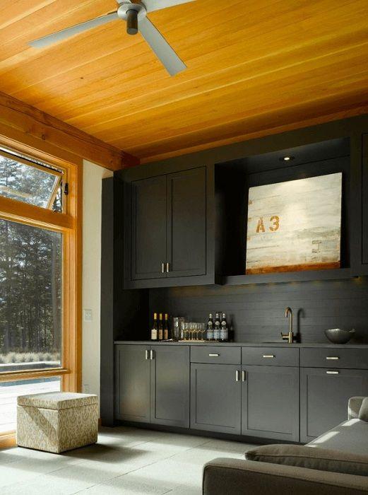 Голямата и лека кухня е направена в черно с дърво, което изглежда много изгодно.