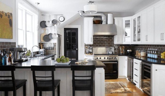 Специален интериор на кухнята в черно, който е пропита с елегантност и шик.