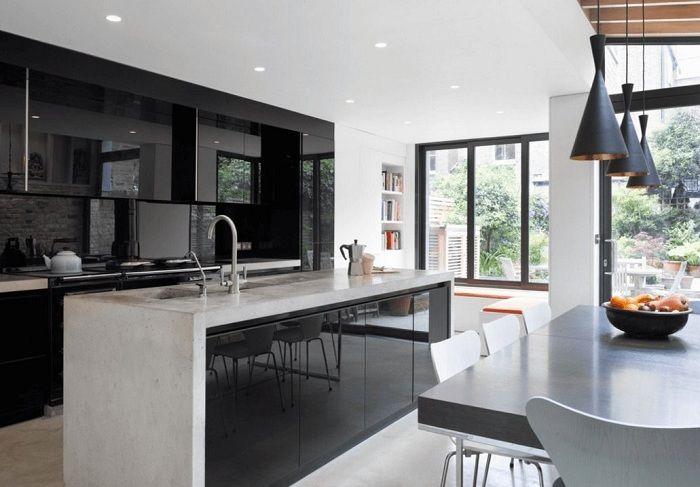 Intérieur de cuisine simplement chic dans des couleurs sombres, qui est transformé par des couleurs noires.