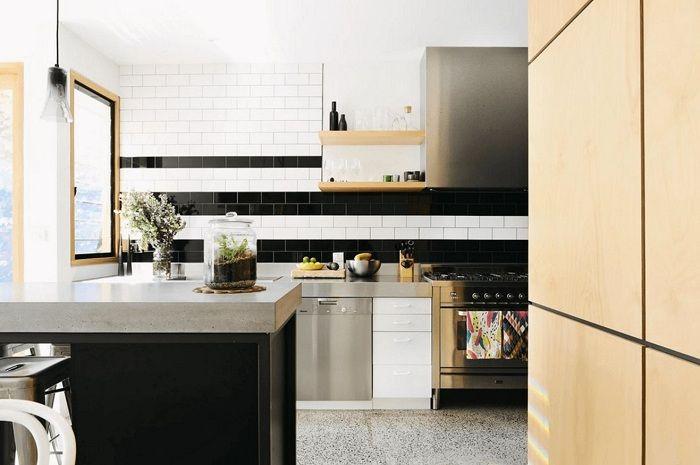 Une excellente option pour créer une cuisine de couleur sombre avec une excellente combinaison de différentes textures.