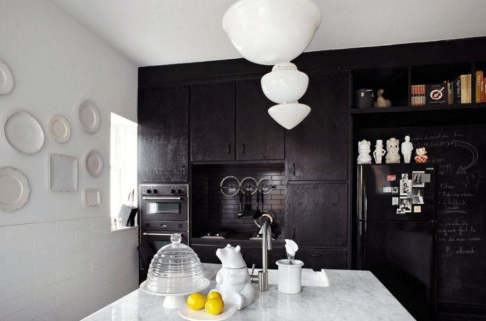 Une excellente solution pour créer un intérieur de cuisine en noir et blanc, qui ne sera qu'une aubaine.