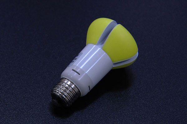 Светодиодная лампа с желтым абажуром