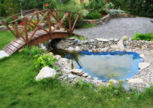 водоем с деревянным мостиком