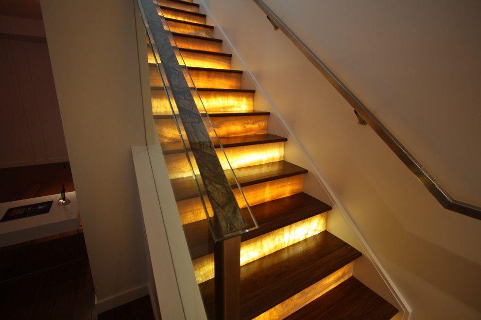 Яркое освещение ступенек лестницы