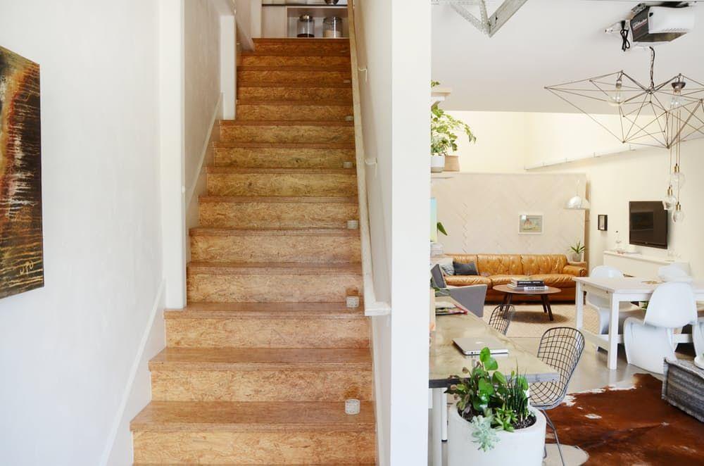 Тавански мебели: дървено стълбище