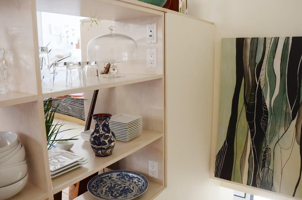 Тавански мебели: бели отворени рафтове