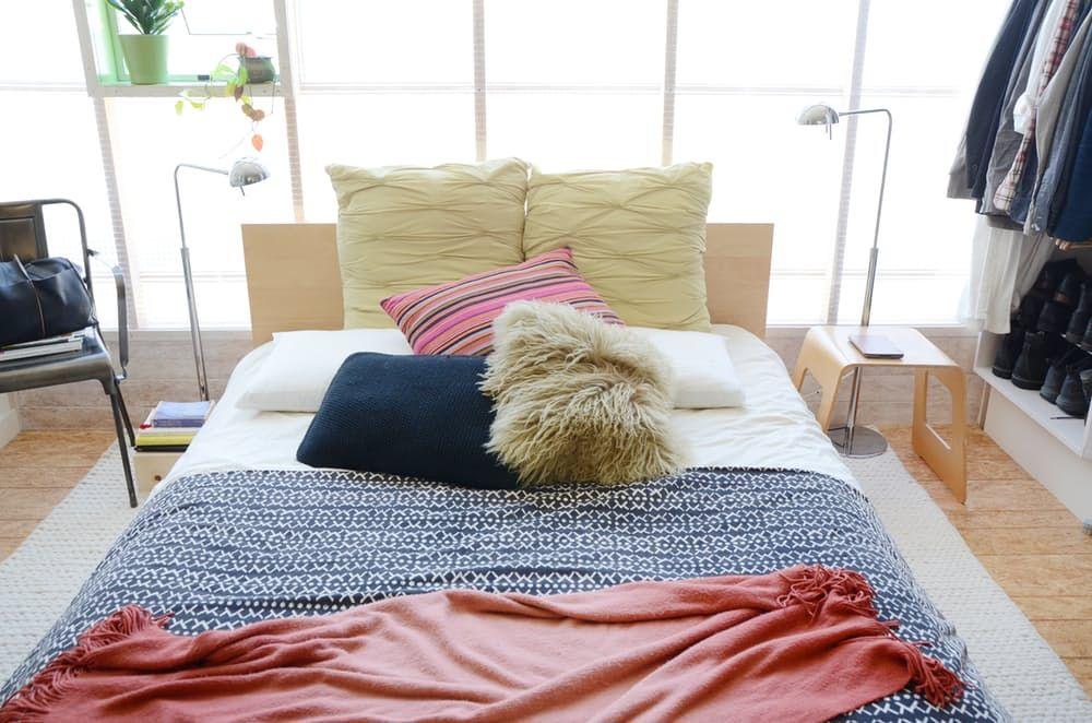 Двойно легло с цветни възглавници