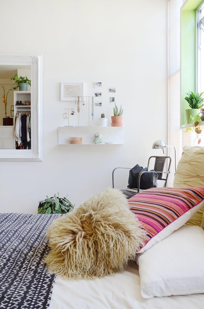 Тавански мебели: малки стенни рафтове в спалнята