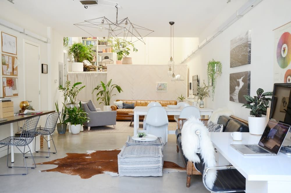 Loftmøbler: hvite plaststoler i stuen