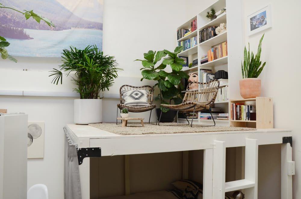 Loftmøbler: hvitt trebord